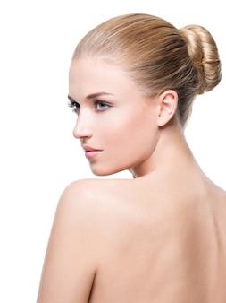 Bellissima giovane donna bionda con una pelle perfetta