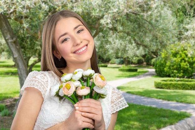 Bellissima giovane donna con fiori