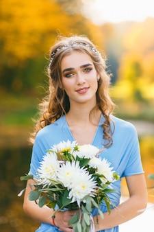 Bellissima giovane donna con lunghi capelli ricci