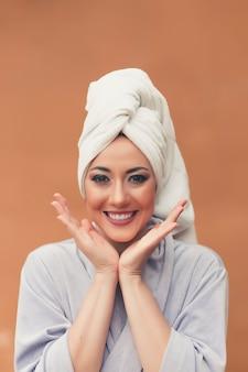 Bellissima giovane donna con una pelle pulita e perfetta. spa, cura della pelle e benessere.