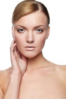 Bellissima giovane donna con viso sano e pelle pulita