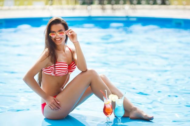 Bellissima giovane donna in piscina