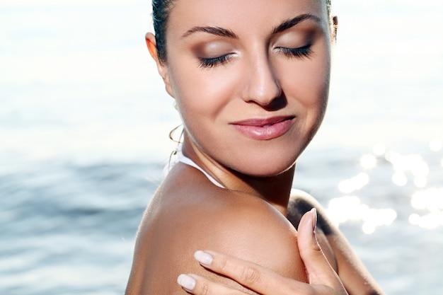 Bellissima giovane donna in spiaggia