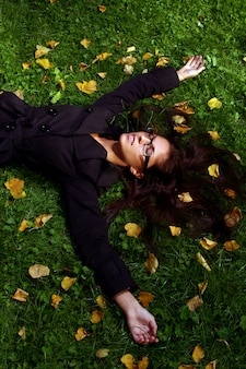 Bellissima giovane donna nel parco