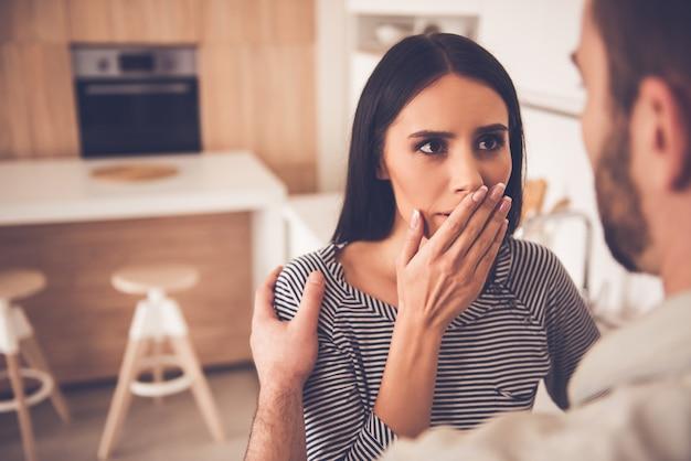Bellissima giovane donna si copre la bocca.