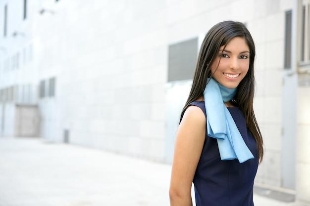 Bellissima hostess a piedi fino al centro congressi