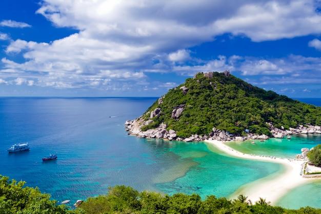 Bellissima isola tropicale contro il cielo blu con nuvole. koh phan