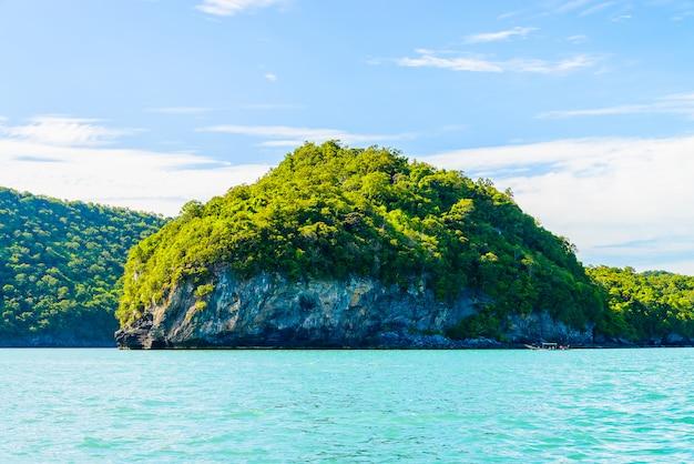 Bellissima isola tropicale, spiaggia, mare e oceano