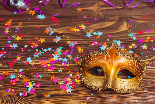 Bellissima maschera colorata e coriandoli