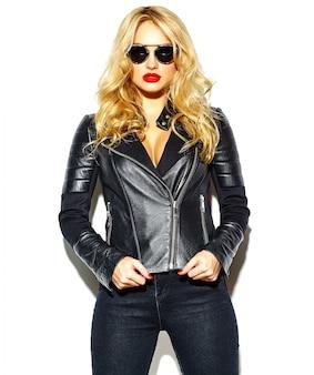 Bellissima modella bionda con giacca di pelle e occhiali da sole