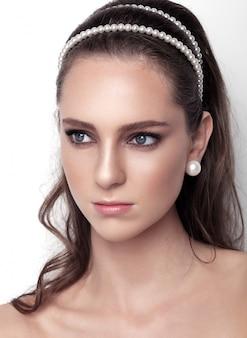 Bellissima modella che indossa accessori per capelli da sposa con perle per la bella sposa