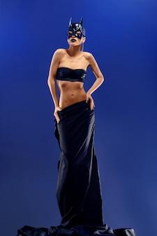 Bellissima modella che indossa una gonna nera lunga e lunga