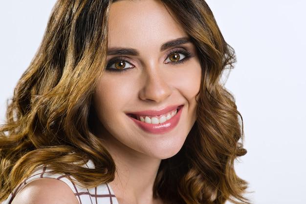 Bellissima modella femminile con capelli castani e occhi castani