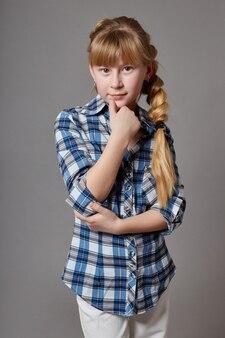 Bellissima modella giovane ragazza con i capelli lunghi