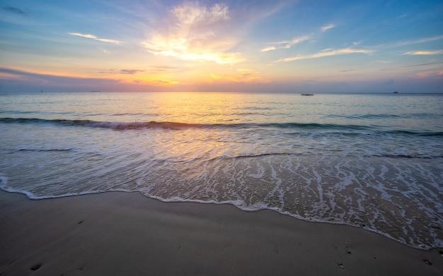 Bellissima spiaggia con morbida onda del mare sulla spiaggia di sabbia.