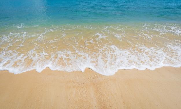 Bellissima spiaggia e cielo blu