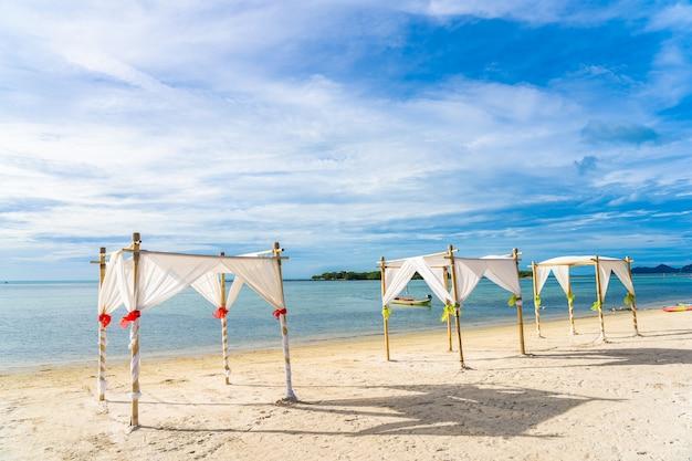 Bellissima spiaggia tropicale con archi nuziali