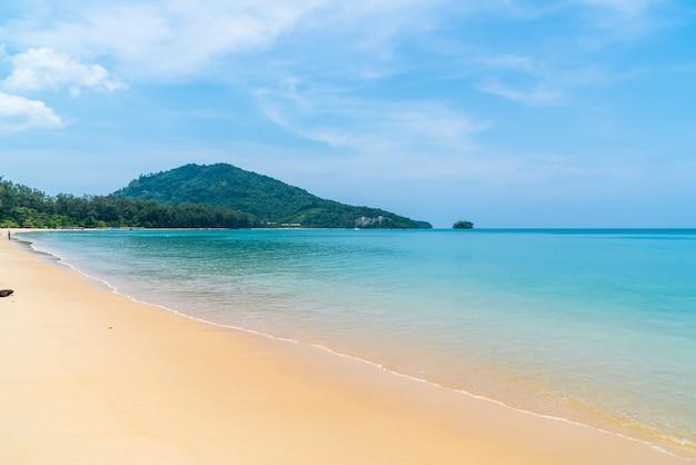 Bellissima spiaggia tropicale e mare nell'isola paradisiaca