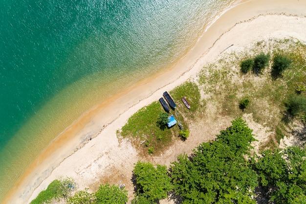 Bellissima superficie del mare d'acqua con spiaggia di sabbia bianca