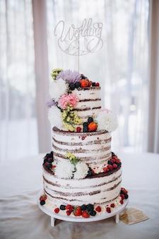 Bellissima torta nuziale rustica decorata con fiori