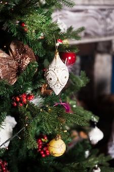 Bellissime decorazioni per albero di natale, albero di natale, palline e altre decorazioni
