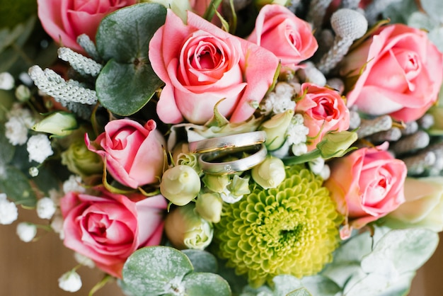 Bellissime fedi nuziali per gli sposi. anello di diamanti nei colori vivaci del matrimonio