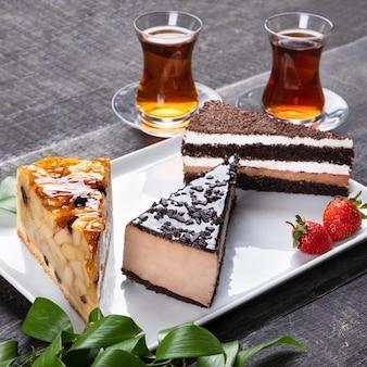 Bellissime torte al cioccolato con un bicchiere di tè