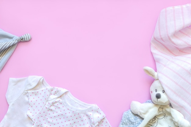Bellissimi accessori per bebè - cappellino, vestiti per neonati e giocattoli divertenti.