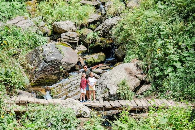 Bellissimi bambini e uomo felice in montagna