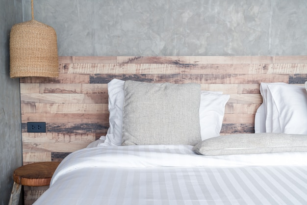 Bellissimi cuscini comodi sul letto