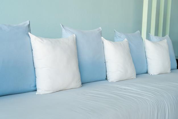Bellissimi e comodi cuscini sul divano