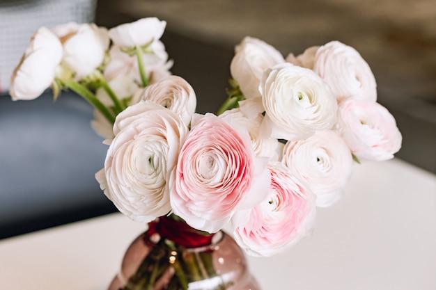 Bellissimi fiori in vaso di vetro. bellissimo bouquet di ranuncolo persiano rosa.