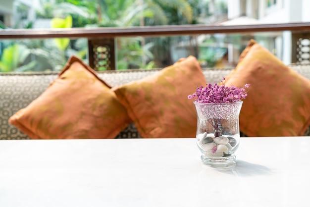 Bellissimi fiori in vaso di vetro