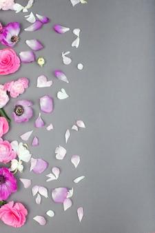 Bellissimi fiori rosa e bianchi su backgraund grigio. bordo floreale. colore pastello biglietto di auguri per san valentino o womans day. copia spazio per il testo