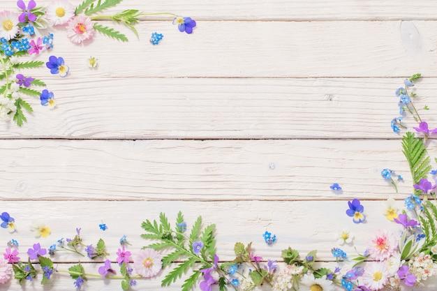Bellissimi fiori su legno