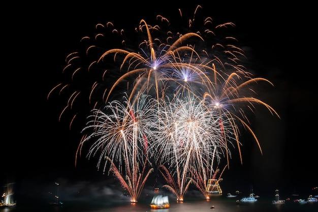 Bellissimi fuochi d'artificio colorati