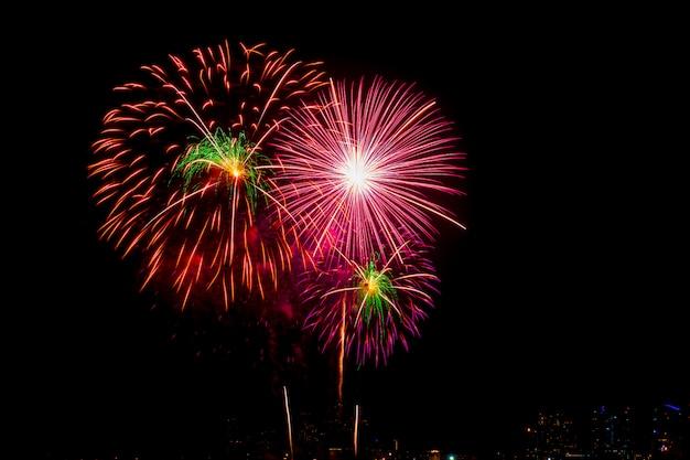 Bellissimi fuochi d'artificio sulla spiaggia del mare, festa di fuochi d'artificio vacanza incredibile