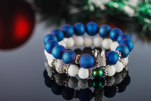 Bellissimi gioielli fatti di pietre naturali e accessori squisiti