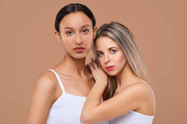 Bellissimi modelli di ragazza caucasica e africana con diversi tipi di pelle.