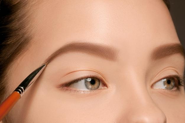 Bellissimi occhi femminili con trucco e pennello