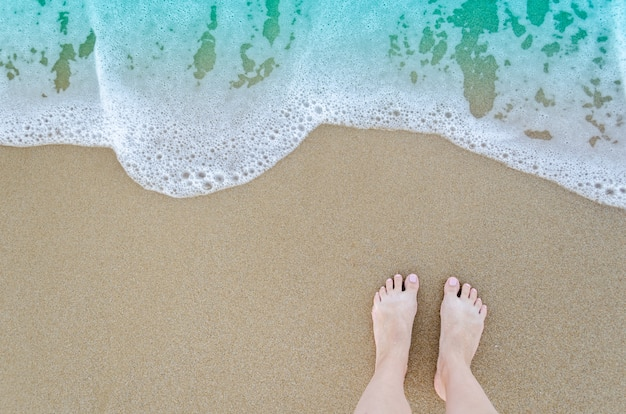 Bellissimi piedi nudi sulla spiaggia