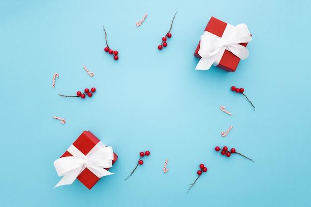 Bellissimi regali di natale su uno sfondo blu chiaro