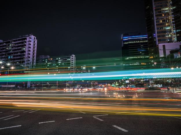 Bellissimi sentieri di luce sulla strada