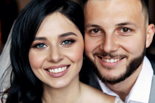 Bellissimi sposi sorridono. idea di matrimonio. volti di nozze. foto del matrimonio. mezza faccia.