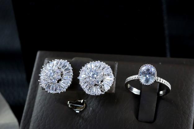 Bellissimo anello di fidanzamento con diamante e orecchini a bottone di diamanti