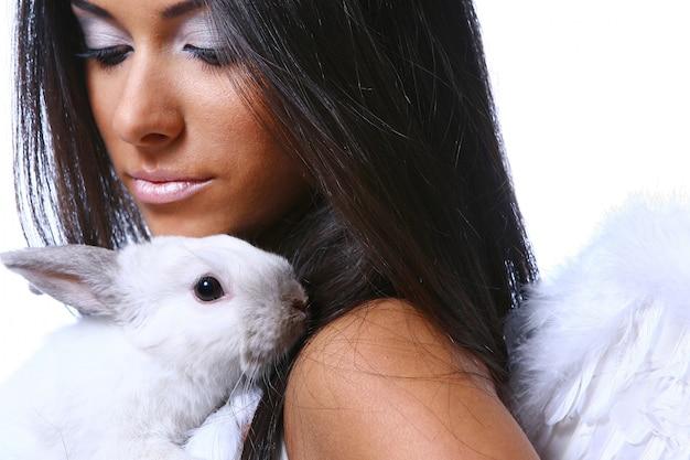 Bellissimo angelo con coniglietto bianco