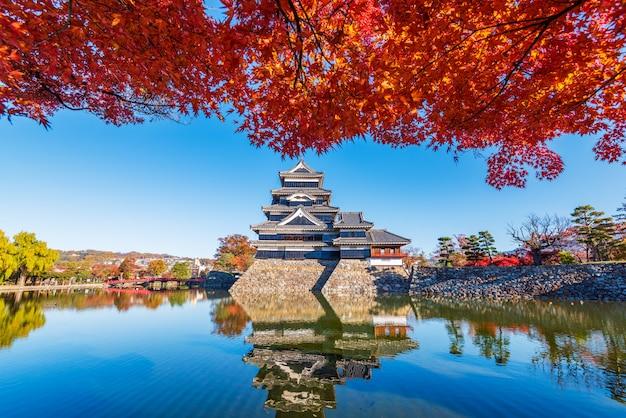 Bellissimo autunno del castello di matsumo, nagano, giappone