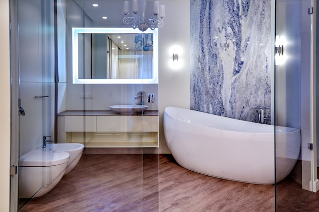 Bellissimo bagno interno moderno. architettura interiore