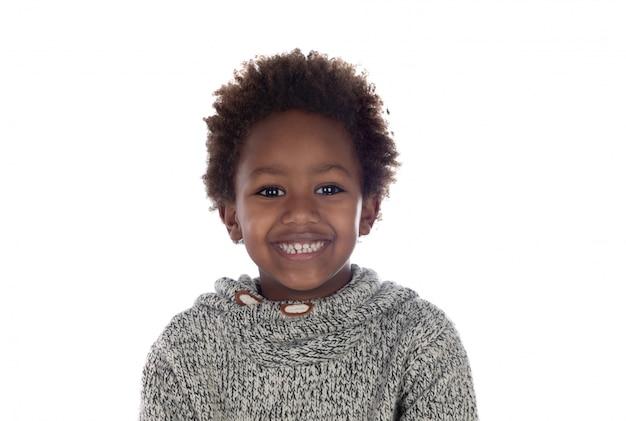 Bellissimo bambino afro-americano con maglia di lana grigia