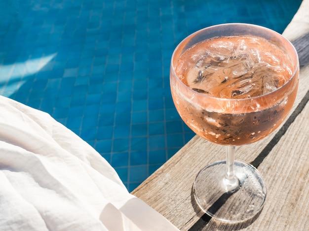 Bellissimo bicchiere con un cocktail rosa
